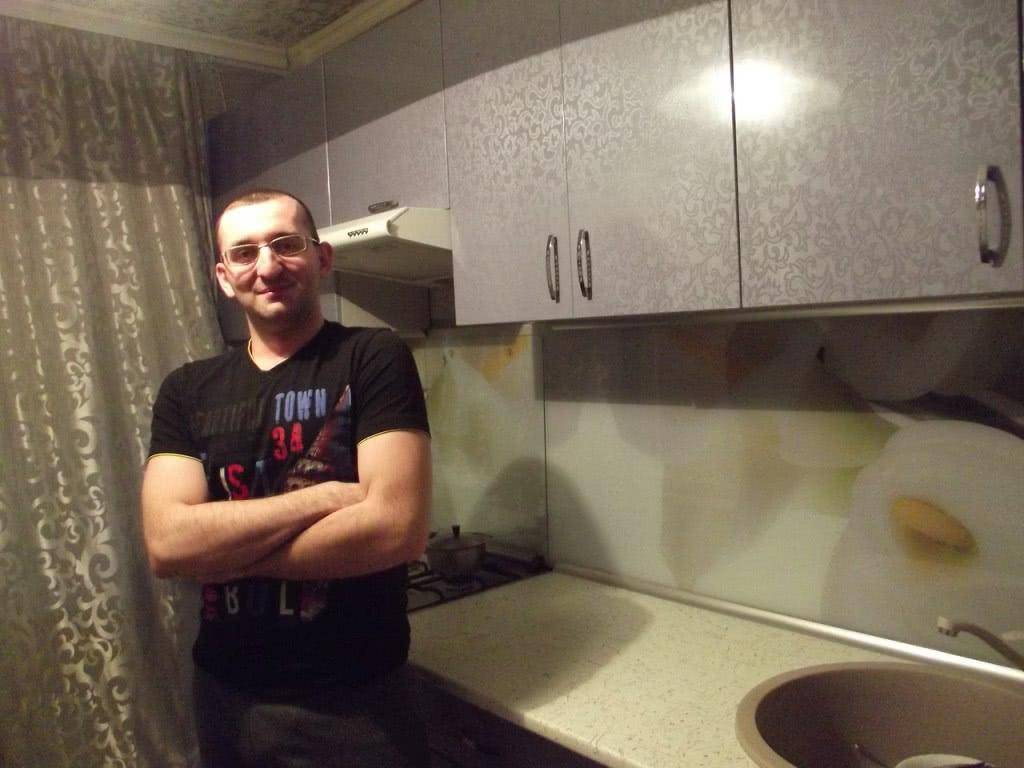Фото довольного клиента с свежим ремонтом квартиры